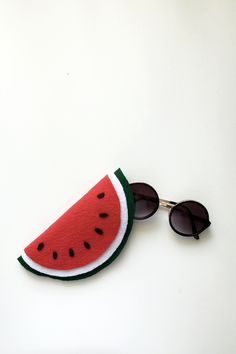 ) sunglass case protects your sunnies and comes in the shape of a watermelon. Click through for the step-by-step tutorial. Watermelon Crafts, Watermelon Birthday, Crafts To Do, Diy Crafts, Nursing Home Gifts, Earphone Case, Craft Accessories, Felt Art, Sewing For Beginners