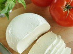 Pripravte si čerstvú a úžasne chutnú mozzarellu doma len za 1 hodinu! Fresh Milk, Fresh Fresh, Thing 1, Fresh Mozzarella, How To Make Cheese, How To Make Homemade, Salad Plates, Bite Size, Menu