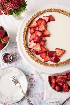 Juicy, sweet strawberries are the star of this icebox dessert. This Strawberry Panna Cotta Tart recipe is a splendid way to highlight the beauty and sweetness of fresh, in-season strawberries which are layered on a creamy gelatin filling and sweet almond, Strawberry Panna Cotta, Strawberry Frozen Yogurt, Strawberry Tart, Fruit Tart, Strawberry Desserts, Summer Desserts, Just Desserts, Tart Recipes, Gourmet Recipes