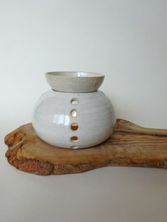 Handmade Ceramic Essential Oil Burner White by viCeramics on Etsy Essential Oil Burner, Essential Oil Candles, Essential Oils, Diy Arts And Crafts, Clay Crafts, Ceramic Pottery, Ceramic Art, Handmade Pottery, Handmade Ceramic