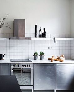 The stainless steel kitchen provides an industrial effect and also has many possibilities to combine. Click for inspiration! #stainless #steel #kitchen