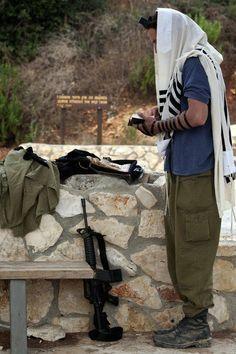 Soldat de TSAHAL priant http://memoiresjuives.blogspot.fr/