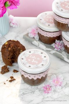 Bake moist and scrumptious chocolate cakes in a jar and indulge your friends and family! It all starts with a delicious one-bowl chocolate batter. Oreo Mousse, Mango Mousse Cake, Cheesecake In A Jar, Cheesecake Recipes, Dessert Recipes, Mason Jar Cupcakes, Mason Jar Desserts, Chocolate Cakes, White Chocolate