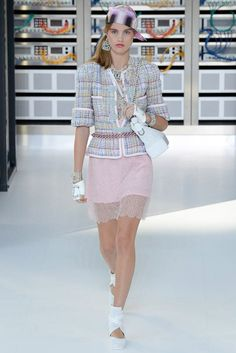 Chanel Spring 2017 ready-to-wear collection Paris Fashion Week Fashion Week Paris, Fashion 2017, Fashion News, Spring Fashion, Fashion Show, Dress Chanel, Chanel Vestidos, Chanel Spring 2017, Moda Chanel