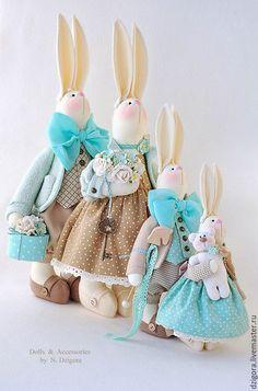 Купить или заказать Семья кроликов в бежево-бирюзовом, подарок семейной паре в интернет-магазине на Ярмарке Мастеров. Целое семейство остроухих кроликов в бирюзово - бежевой гамме: папа, мама и два малыша. Сшиты из плотного хлопка, наполнены холлофайбером, в одежде использованы шерсть - букле, кашемир, хлопок, костюмная ткань, шёлк, атласные ленты, хлопковое кружево, прошва, фетр, в декоре - деревянные и медные пуговки, бусины, деревянная лошадка, шкатулочка, металлический ключик…