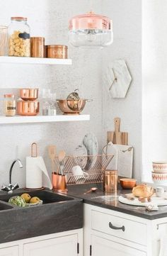 Rose Gold kitchen themes decorations really speaks for it self produces a gorgeous and timeless effect. If you like the metallic trend so much you plan to utilize it boldly, these Rose Gold kitchen gallery will inspire you Kitchen Decor Themes, Home Decor Kitchen, Kitchen Interior, New Kitchen, Home Kitchens, Cooper Kitchen, Mint Kitchen, Kitchen Stove, Kitchen Ware