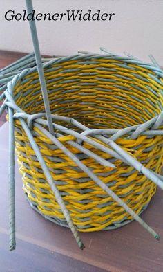 """Плетение из газетных трубочек: Узор """"крестики"""" одинарной трубочкой внутри. Нечётное количество. Круглая форма. Newspaper Crafts, Diy Home Crafts, Basket, Crafty, Quilting, Newspaper, Hampers, Button Art, Bonito"""