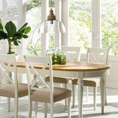Una cálida mesa de comedor extensible, de esencia provenzal y estilo clásico para tu salón o tu comedor.