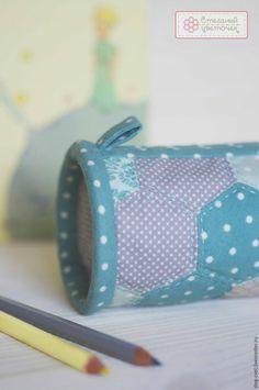 Размер нашего пенала рассчитан специально, чтобы в него свободно входили карандаши и ручки длиной до 18 см. Необходимые инструменты и материалы: 1. Набор шаблонов «Шестигранник» (шестиугольник) 25 мм (арт.B25). 2. Ткань нескольких расцветок для сбора лоскутного полотна. 3. Ткань для торцевых сторон пенала, объемный наполнитель, ткань для подкладки, готовая косая бейка (или материал для ее изготовления). 4.
