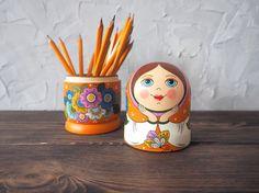 Caja de matryoshka rusa. Caja de madera de ruso de la muñeca de Babushka. Pintado a mano arte popular ruso. Hecho del árbol de cal. Pintado a mano con tempera. Como base se toma la pintura tradicional del norte ruso – Boretsk pintura. Todos los temas son únicos y representan la forma de