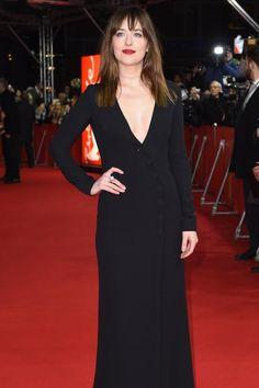 So heiß wie der Film erwartet wurde erschien Hauptdarstellerin Dakota Johnson zur Weltpremiere von «FiftyShades of Grey» auf der Berlinale: In einer langärmeligen, tief ausgeschnittenen und hoch geschlitzten Robe von Dior bewies sie, dass ein tiefes Dekolleté und schlichte Eleganz durchaus zusammengehen. Die schönsten Details: Die schräge Knopfleiste, der rote Lippenstift - und natürlich ihr Begleiter Jamie Dornan.