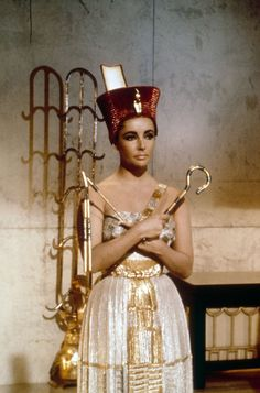 Rare and Beautiful Color Photos of Elizabeth Taylor Portrayed the Egyptian Queen Cleopatra, 1963 ~ vintage everyday Elizabeth Taylor Cleopatra, Hollywood Icons, Old Hollywood, Golden Age Of Hollywood, Hollywood Glamour, Queen Cleopatra, Egyptian Costume, Cleopatra Costume, Egyptian Queen