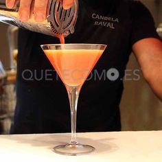 Preparándose para degustar los cocktails que nos presenta el restaurante La Candela Raval en Barcelona. Su cocina., te espera en https://www.quetecomo.es/Barcelona-restaurante-bar-La-Candela-Raval-plaza-de-salvador-segui-13.php