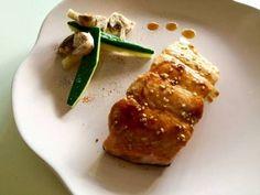 Salmón con salsa teriyaki y guarnición de verduras picantes