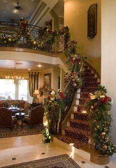 Christmas Feeling, Magical Christmas, Cozy Christmas, Beautiful Christmas, Christmas Lights, Christmas Stairs Decorations, Xmas Stairs, Christmas Interiors, Stair Decor