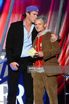 Inductee Chad Smith (L) and Flea (R) of the Red Hot Chili Peppers on stage at… Chilli Pepers, Soul To Squeeze, Foo Fighters Nirvana, John Frusciante, Anthony Kiedis, Show Photos, My Favorite Music, Cool Bands, Cute Boys