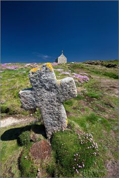 Saint-Samson Chapel and cross, Portsall, Finistère Region Bretagne, Belle France, Brittany France, Celtic Music, Wide World, Old Churches, Old Buildings, Beautiful Landscapes, Places To Go