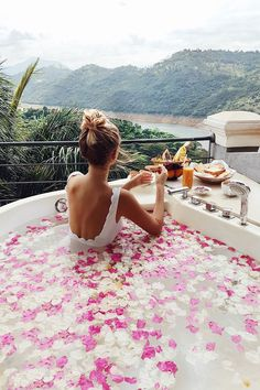 Taking a bath in rose petals at Kandy I Sri Lanka: http://www.ohhcouture.com/2017/02/sri-lanka-travelguide/ #ohhcouture #leoniehanne