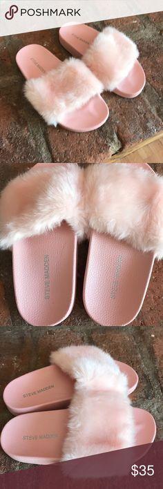 Steve Madden fuzzy slippers kids❗️ In great condition super cute kids Steve Madden slippers Steve Madden Shoes Sandals & Flip Flops