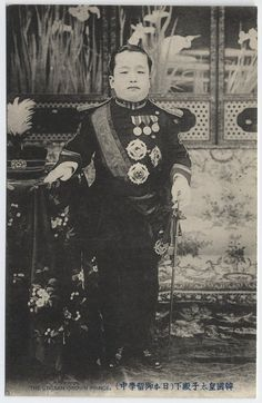 [The Korean Crown Prince] ca.1904 / Prince 'Yi Un' (Yongchinwang, 1897-1970) in full dress of the Great Han Empire (i.e. Korea) as a young crown prince. He ewas the last crown prince of the Yi Dynasty. Forced by the Japanese to go to Japan for further study, he lived most of his adult life in that country. In 1920 he was married to Princess Masako (Yi Pangja), a cousin of the empress of Japan - In 1963 he returned to Korea and on May 1, 1970, quietly passed away at 'Naksonjae' ...