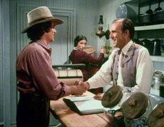 Charles Ingalls comprando no mercado dos Oleson - Little House on the Prairie