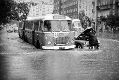Oberwanie chmury na Puławskiej w lipcu 1968 r. Przegubowy jelcz ogórek na trasie linii 144, która kursowała na Mokotów przez 38 lat (Fot. Zbyszko Siemaszko/NAC)
