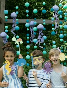 Ocean_Party_Backdrop_Props Make these underwater themed children's birthday party props including a bubbly backdrop and fishy friend stick puppets. Mermaid Birthday, Birthday Diy, Birthday Party Decorations, Birthday Parties, Cadre Photo Booth, Party Kulissen, Photos Booth, Birthday Photo Booths, Mermaid Baby Showers