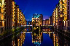 'Wasserschloss Speicherstadt Hamburg' von Dennis Stracke bei artflakes.com als Poster oder Kunstdruck $16.63