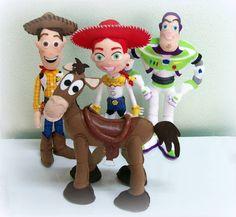 Kit Toy Story feito em feltro. Ideal para decoração de mesas ou quarto. Enchimento siliconado anti-alérgico. Não necessitam de suporte para ficarem em pé. Peças do kit: Woody (40cm), Buzz (40cm), Jessie (35cm) e Cavalo Bala no Alvo (30cm). (OBS.: O custo do frete é por conta do comprador) R$ 400,00