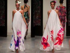 Vestidos de fiesta largos en color blanco con estampados de flores en colores intenso y escote halter - Foto Issa