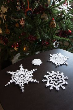 Love these crocheted Snowflakes. I think I'll try this. There is a link for the patterns!