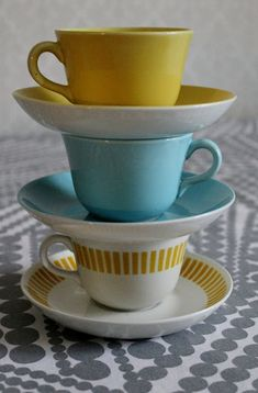 I love the colours. Vintage Coffee Cups, Vintage Cups, Kitchenware Set, Tableware, Drink Containers, Coffee And Tea Accessories, Scandinavian Design, Vintage Kitchen, Finland