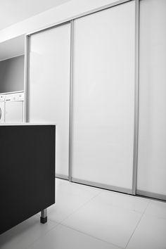 House2 kodinhoitohuone Ovi: Fino passion musta laine Taso: Valkoinen kivitaso Liukuovet: Kabinetti puhdas valkea lasi