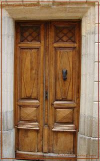 Porte à deux vantaux.Saint Guilhem Le Désert. Une superbe porte à double vantaux