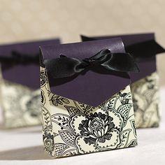 Pochon dragées cartonné motif dentelle noir et violet pour mariage baroque