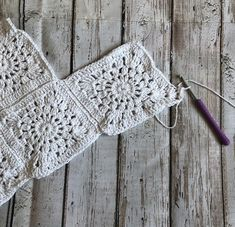 Made with just 9 granny squares this simple crochet boho top will take you from beach to music festival with effortless style. Check out the free pattern below! Summer is officially upon us and her… Boho Crochet Patterns, Crochet Bikini Pattern, Crochet Halter Tops, Crochet Crop Top, Love Crochet, Crochet Motif, Easy Crochet, Swimsuit Pattern, Crochet Shorts