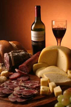 Festas de Queijos e Vinhos    Compondo efeitos visuais de luxuriante beleza, a mesa de queijos e vinhos resplandece em suas virtudes de ineg...