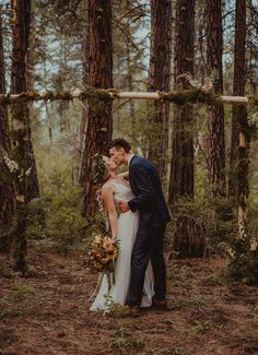 This gorgeous shot at the altar is the definition of earthy vibes | Image by Anna Caitlin