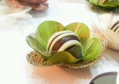 Forminha F1T1C Verde Oliva e dourada  Forminhas em tecido para doces finos.  Camélia 5 pétalas.    Dimensão do produto: 8 cm  Fundo 3 cm    Duas camadas.    COR:  Tela: Dourada  Cetim: Verde Oliva    Doce não incluso.