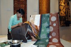 How to Batik for Beginners. Lots of info and gorgeous examples Fabric Painting, Fabric Art, Textiles Techniques, Painting Techniques, Textile Dyeing, Art Education Lessons, Batik Art, Fibre And Fabric, Textile Prints