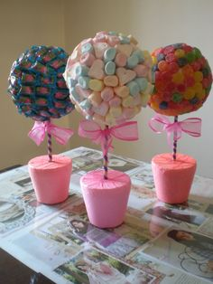 Manualidades y mucho mas : topiarios dulces ideas Anniversaire Candy Land, Decoration Communion, Fete Emma, Candy Trees, Candy Topiary, Sweet Trees, Chocolate Bouquet, Candy Bouquet, Candy Party
