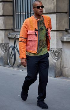 The best-dressed attendees at Paris Fashion Week wore a masterclass in suave summer style. These are our favourite looks from the menswear shows. Men's Street Style Photography, Off White Blazer, Nike Air Max Tn, Normal Guys, Best Dressed Man, Style Snaps, Street Style Looks, Summer Looks, Streetwear Fashion