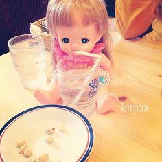 *  My cutie gives water to her Mell  *  今日のランチはコメダʕ •́؈•̀ ₎  ストローかして!と言われたので渡したら、メルちゃんに飲ませてあげる用だったよʕ •́؈•̀ ₎w  *  #親バカ部 #children #kids - @kinax- #webstagram
