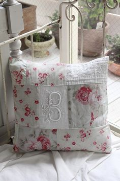 Use vintage monogram hankie Diy Pillow Covers, Cushion Covers, Cushions To Make, Crazy Patchwork, Personalized Pillows, Sewing Pillows, Vintage Pillows, Quilted Pillow, Making Ideas