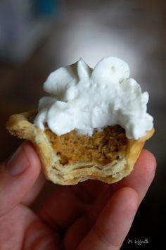 Mini Pumpkin Pie Bites- making these for Thanksgiving!= Ana made these for thanksgiving Pumpkin Recipes, Fall Recipes, Holiday Recipes, Holiday Appetizers, Think Food, I Love Food, Cake Pops Brownie, Just Desserts, Dessert Recipes