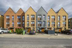 Homes in Kidbrooke Village, London, designed by Lifshutz Davidson Sandilands Townhouse Apartments, Townhouse Exterior, Modern Townhouse, Modern Craftsman, Modern Farmhouse, Social Housing, Exterior Cladding, Facade Design, Facade Architecture