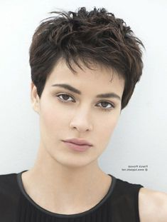 Frisuren 2018 Damen Short Dark Para when cacheadas e crespas, dormir sem desmanchar the Short Pixie Haircuts, Cute Hairstyles For Short Hair, Girl Short Hair, Straight Hairstyles, Curly Hair Styles, Hairstyles 2018, Thick Hair Pixie Cut, Short Hair With Layers, Short Hair Cuts For Women