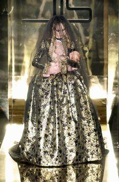 """lelaid: """" Heidi Mount at Jean Louis Scherrer Haute Couture F/W 2005 """" Parisienne Chic, Stephane Rolland, Timeless Fashion, High Fashion, Monsieur Jean, Jean Louis Scherrer, Dior, Dark Queen, Gold Dress"""
