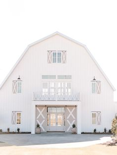 For tons of fresh and bold-hued wedding looks, check out the gorgeousness of this bright pink modern barn inspiration from Events by Jade! Wedding Reception Ideas, Barn Wedding Venue, Barn Weddings, Simple Weddings, Church Weddings, White Sparrow Barn, White Barn, Dream Barn, My Dream Home