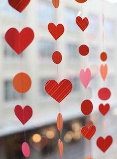 CORTINA DE CORAÇÕES | um jeito delicado de decorar a casa para o dia dos namorados é criar uma cortina com corações de papel. Basta cortar o papel em vários corações, colá-los num barbante e fixar os 'fios' no teto.  #love #dicaTecnisa #diadosnamorados #amor #decoração #loveisinthehouse #Tecnisa Foto: PoppyTalk